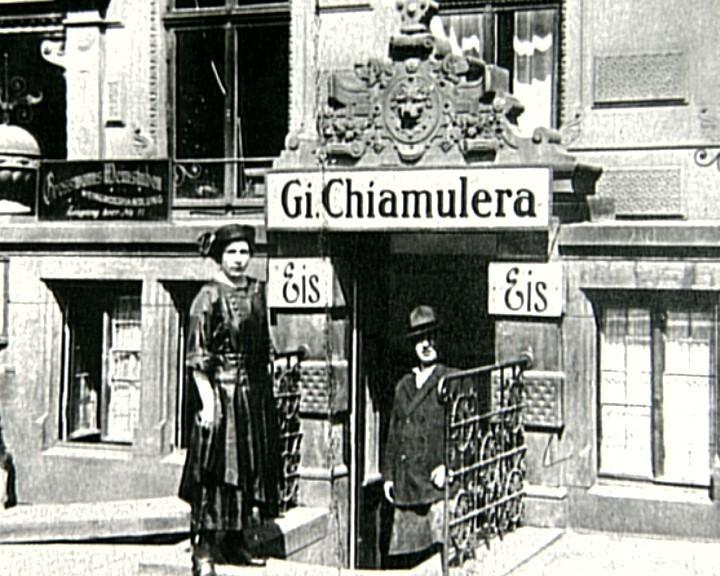 Verkaufsstelle in bester Lage: Giovanni Chiamulera mit Frau am Stammsitz am Markt. Quelle: Marco Ferrari