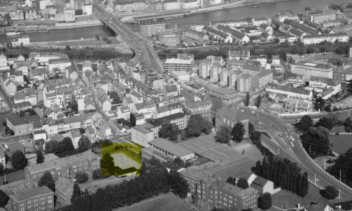 Ansichtskarte um 1963: Rollschuhbahn an der Schulstraße (Neustadt). Das Rollsportstadion ist gelb hinterlegt. Quelle: Peter Strotmann