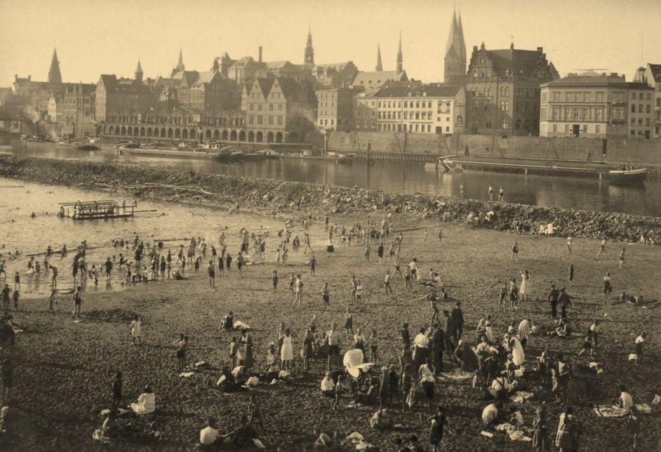 Hinein ins Weserwasser: Badeleben in der Flussbadeanstalt Oberländer Hafen im Sommer 1928. Bildvorlage: Peter Strotmann
