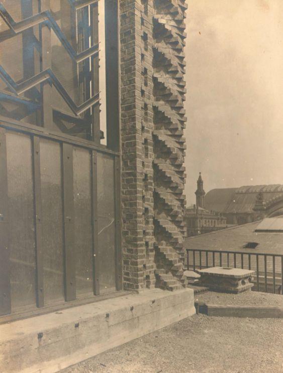 Eine Perspektive, die es so nicht mehr gibt: Vom Dach des neu errichteten Opelturms nahm der Fotograf 1925 diese Aufnahme mit Blickrichtung Hauptbahnhof auf. Das flache Schrägdach gehört zum Breitenwegbad. Quelle: Staatsarchiv Bremen