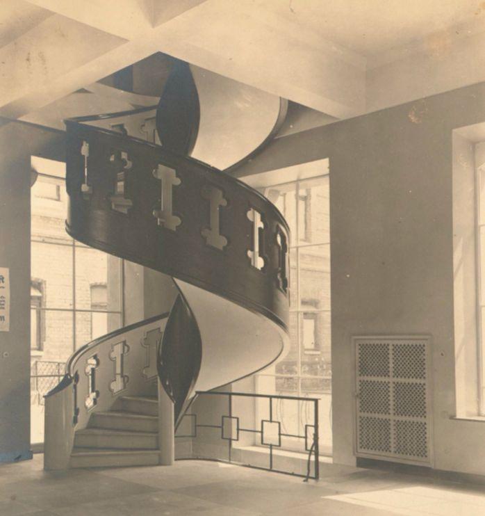 Ästhetisch ambitioniert: die Treppe vom Ausstellungsraum ins Obergeschoss. Dahinter zu sehen: der Eingangsbereich des Breitenwegbads. Quelle: Staatsarchiv Bremen