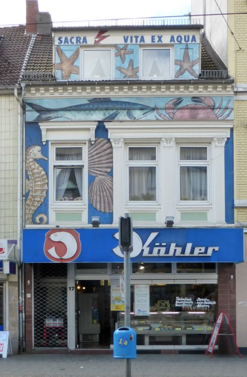 Eine Fassadenbemalung, die für Aufmerksamkeit sorgt: Kählers Fischgeschäft, Vor dem Steintor 17. Foto: Peter Strotmann