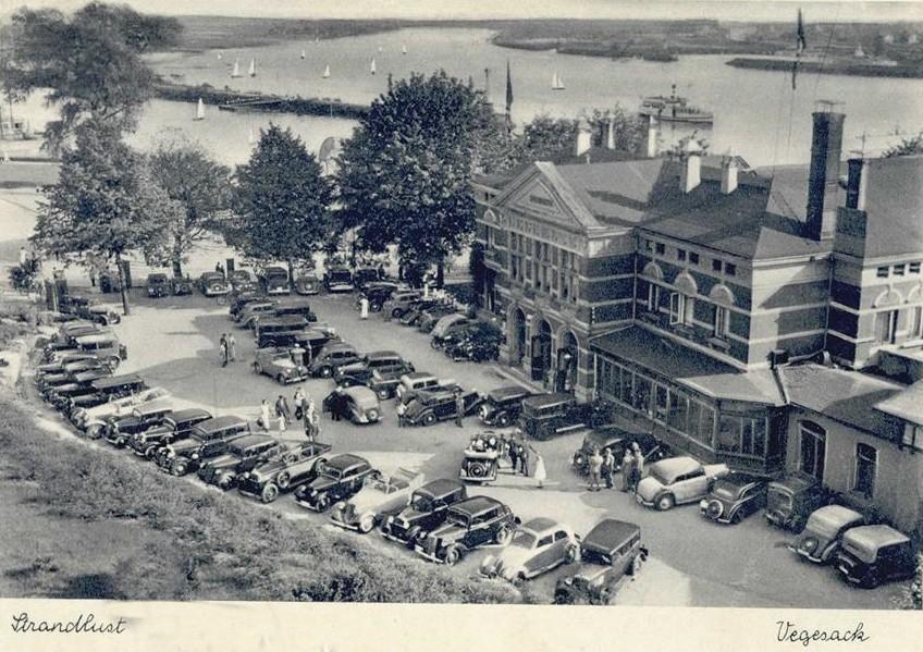 Großer Auflauf: Die Karossen stehen in den 1930er Jahren dicht gedrängt auf dem Parklatz der Strandlust Vegesack. Quelle: Privat