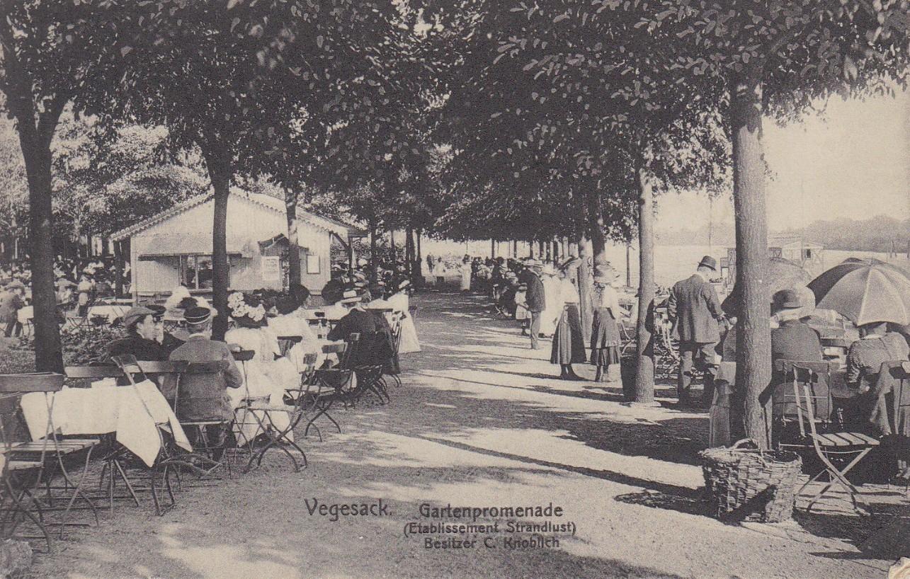 """Flanieren und dinieren: die Gartenpromenade der Strandlust in Vegesack. Zum Sonntagsausflug hat man sich """"fein"""" gemacht. Quelle: Peter Strotmann, Ansichtskarte um 1910"""