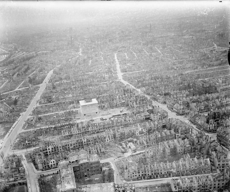 Bleibende Schäden: Im August 1944 verwandelte ein alliierter Bombenangriff den Bremer Westen in eine Trümmerwüste. Aus der Luft eröffneten sich die Dimensionen der Verwüstung in Walle. Der Blick geht in Richtung Zentrum mit dem Hochbunker Zwinglistraße zwischen Utbremer Straße (links) und Wartburgstraße. Quelle: Imperial War Museum