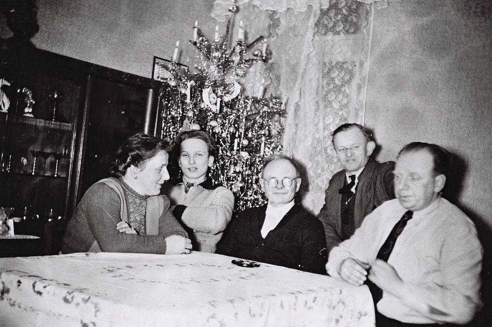 Als man schon wieder lachen konnte: Eine Familie feiert Weihnachten 1950 in der Waller Zietenstraße. Quelle: Kulturhaus Walle