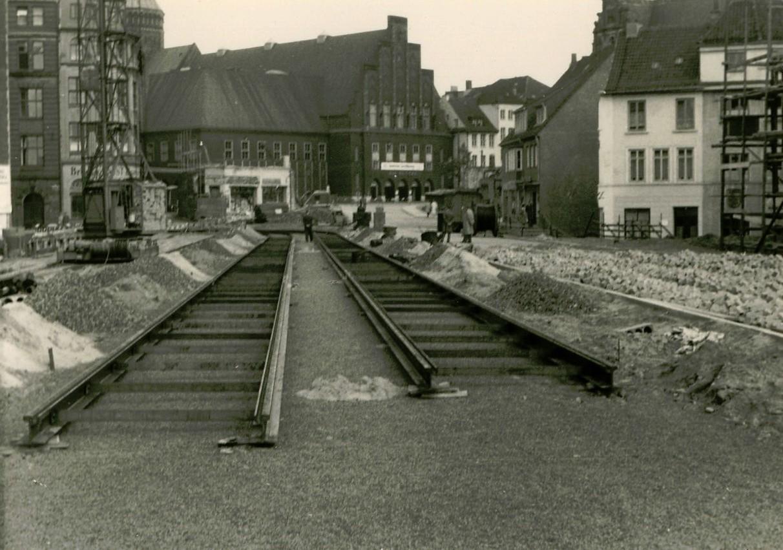 Das Ende: Auf der Balgebrückstraße sind im Sommer 1960 die Straßenbahnschienen schon verlegt, im Hintergrund ist der Torso des schon fast komplett abgerissenen Eckhauses Petristraße/Marktstraße zu sehen. Quelle: Stadtteilarchiv Neustadt