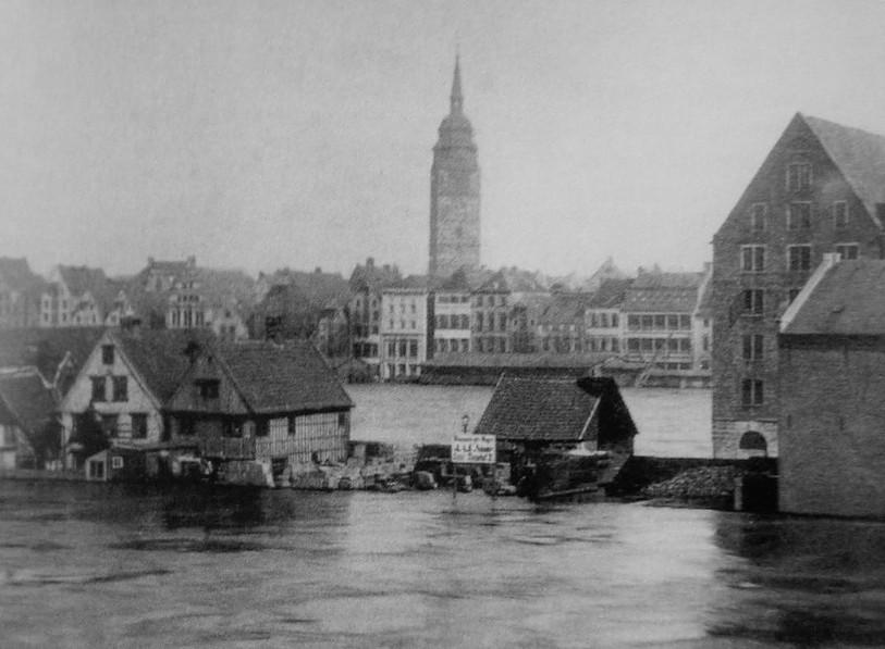 Auch der Teerhof ist im März 1881 überflutet. Das Foto ist von der Neustadtseite aus aufgenommen und zeigt den Blick auf den Turm der St. Ansgarii-Kirche in der Altstadt. Quelle: Staatsarchiv Bremen