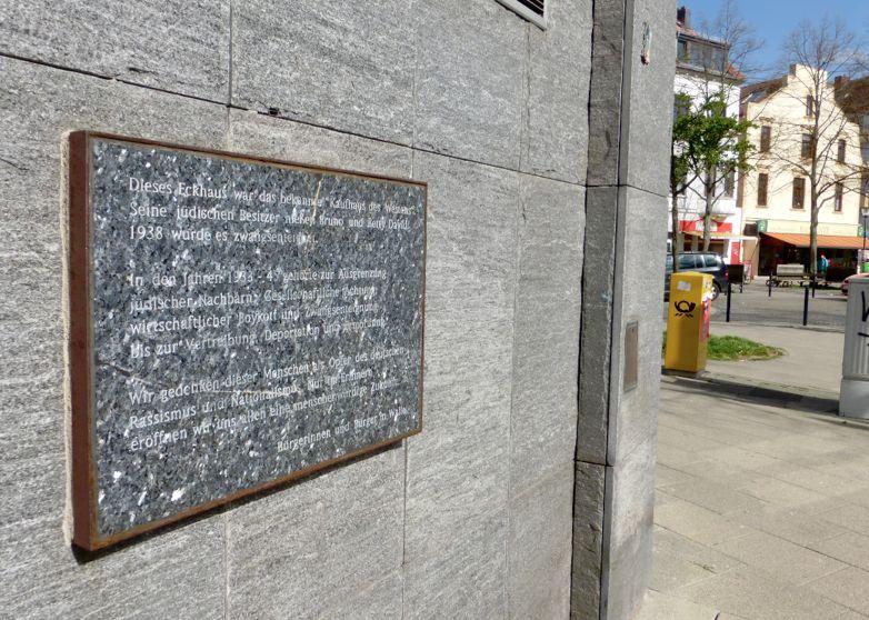Eine Gedenktafel am Neubau erinnert heute an das alte Kaufhaus des Westens und das Schicksal ihrer jüdischen Inhaber. Foto: Peter Strotmann