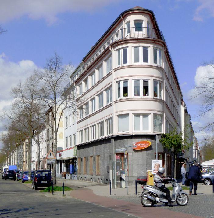 Am Standort des früheren Kaufhauses befindet sich heute dieser Nachkriegsbau aus den Jahren 1950/51. Das Kaufhaus des Westens steht bis heute im Schatten des Bamberger-Kaufhauses im Stephani-Viertel. Foto: Peter Strotmann