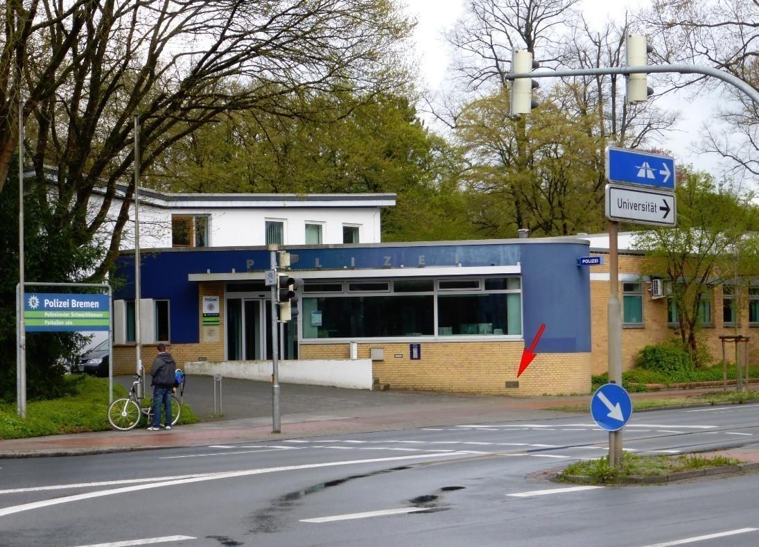 Polizeiwache Parkallee am Bürgerpark: unten rechts ist die Bronzetafel mit den Hochwassermarken zu sehen. Foto: Peter Strotmann