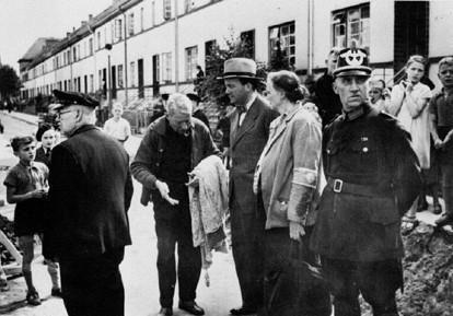 Damals entging Wolfard noch den Bomben: das spätere Attentatsopfer als 38-jähriger Redakteur im Juli 1940 nach einem Bombenangriff im Gespräch mit Anwohnern der Schopenhauerstraße. Quelle: Staatsarchiv Bremen