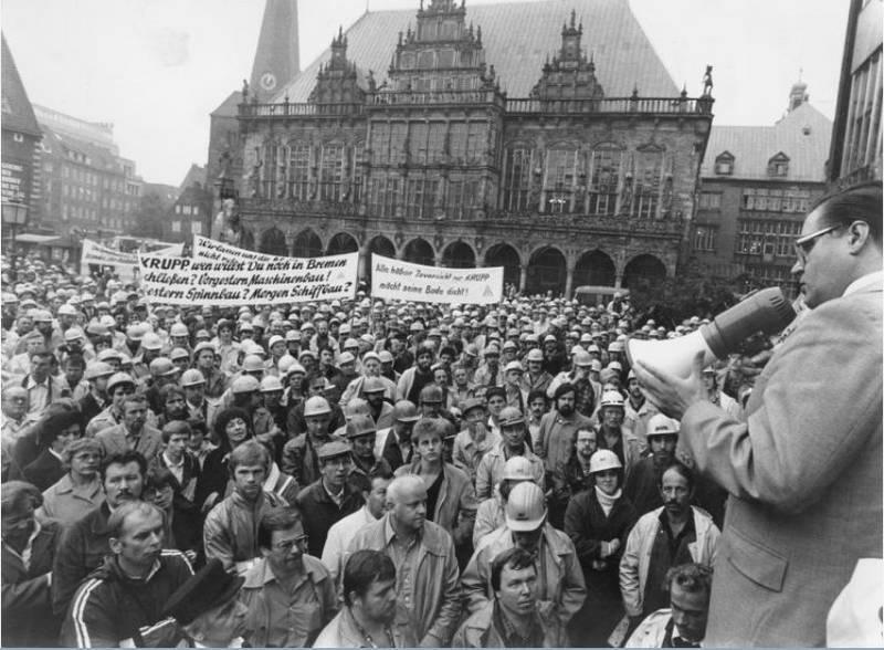 Ein schwerer Schlag für Bremen: das Aus für die AG Weser - hier Bürgermeister Koschnick im Gespräch mit Beschäftigten im September 1983. Quelle: Staatsarchiv Bremen