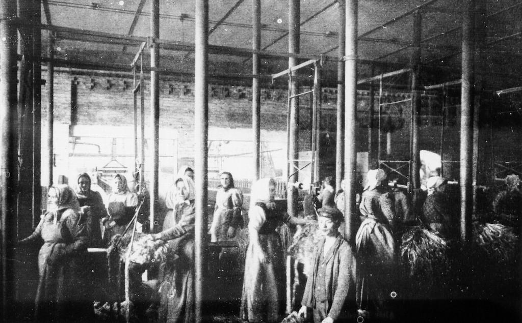 """Kein leichter Arbeitsalltag: Arbeiter in der Waller Jute. """"Der Staat Bremen. Historisch-biographische Blätter"""", Berlin 1907"""