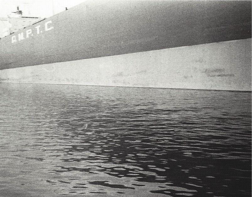 """Längsseits der """"Shat Alarab"""": Die Perspektive bei der Hafenrundfahrt vermittelt einen Eindruck von den gewaltigen Ausmaßen des Supertankers. Foto: Frank Hethey"""