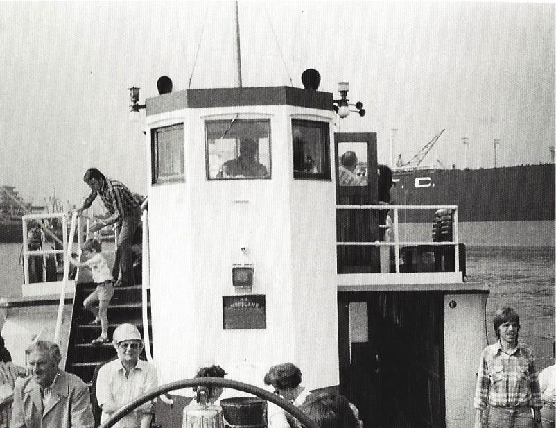 """Die Hafenrundfahrt hinterließ großen Eindruck bei dem Bremen-Besucher. Im Hintergrund der gewaltige Schiffsrumpf der """"Shat Alarab"""" am Liegeplatz der AG Weser. Foto: Frank Hethey"""