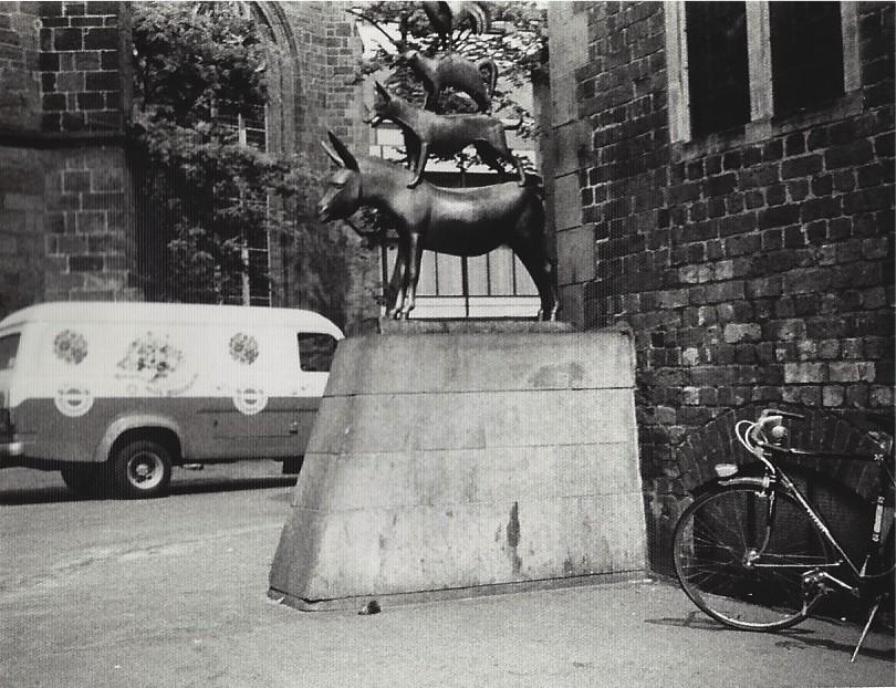 Zu hoch für den Neunjährigen: Als er die Stadtmusikanten ablichtete, unterschlug er versehentlich den Kopf des Hahns. Foto: Frank Hethey