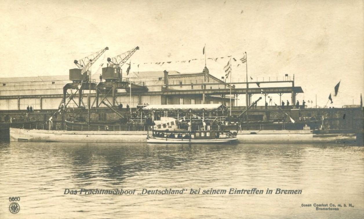 """Großer Auflauf: das Handels-U-Boot """"Deutschland"""" bei seinem Eintreffen in Bremen am 25. August 1916 am Liegeplatz Freihafen II (später Überseehafen). Quelle: Ansichtskarte Strotmann"""