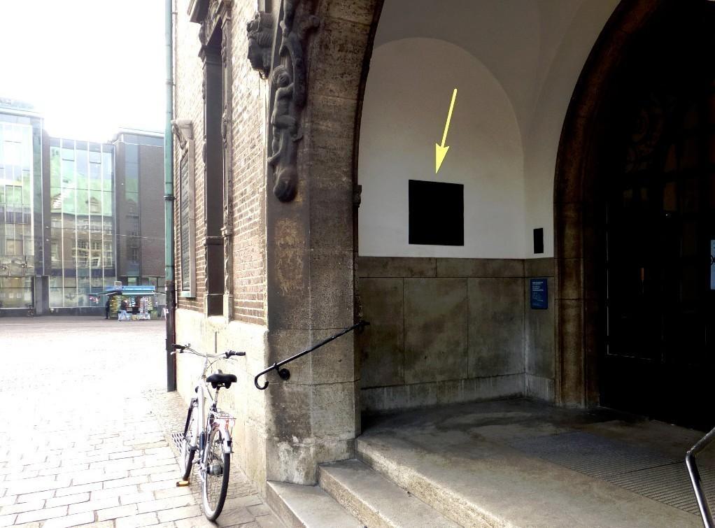 Eher unscheinbar: die Gedenktafel am Haupteingang zum Neuen Rathaus. Foto: Peter Strotmann