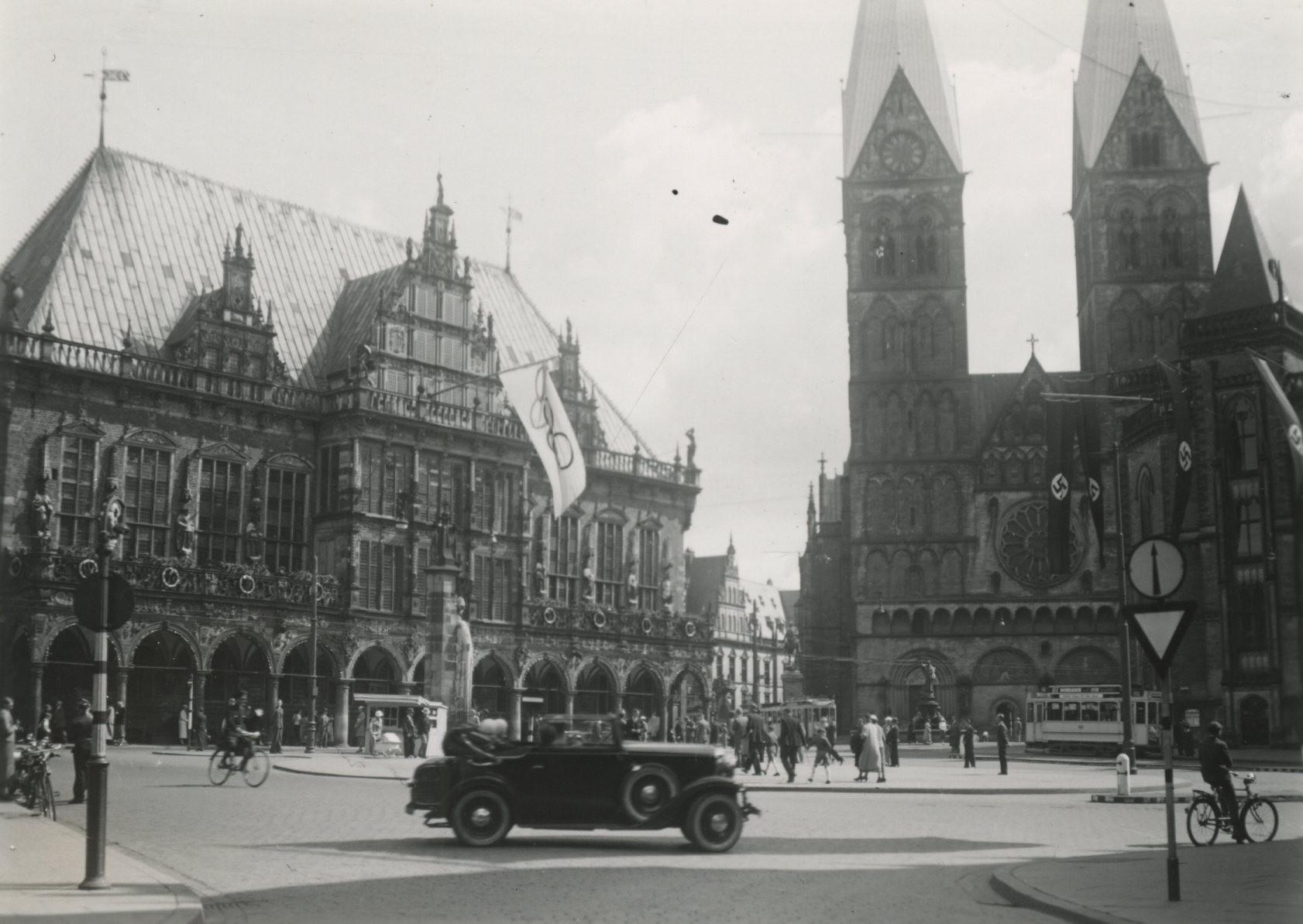 Feierlich geschmückt: Vom Rathaus hing die Olympia-Flagge. Quelle: Staatsarchiv Bremen
