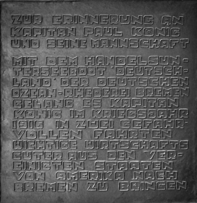 Gar nicht so einfach zu lesen: die Inschrift der Gedenktafel. Foto: Peter Strotmann