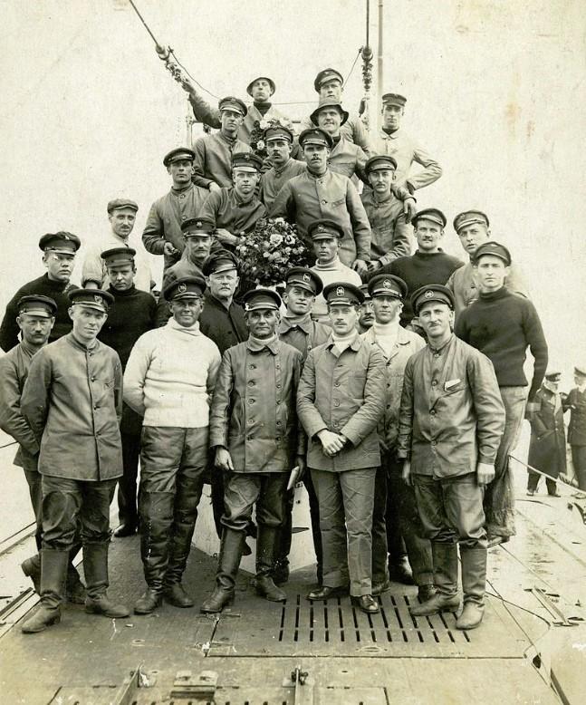 """Wohlbehalten zurück: Begrüßung der Besatzung des Handels-U-Boots """"Deutschland"""" in Bremen durch Admiral Schröder Quelle: Wikicommons"""