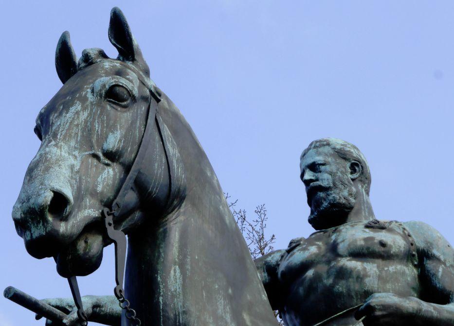 Bis heute mit scheinbar entblößter Heldenbrust: Kaiser Friedrich III. in der Pose eines römischen Imperators. Foto: Peter Strotmann
