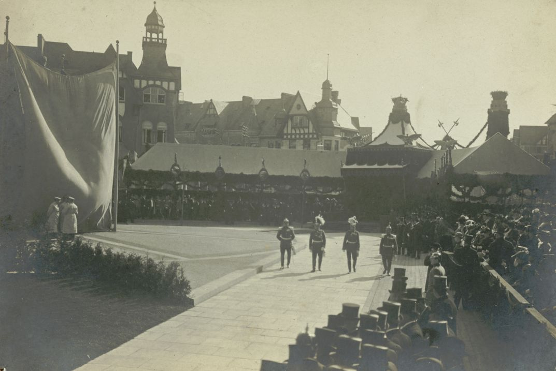 Noch verhüllt: Als der Kaiser und sein Gefolge die Front der Ehrengäste abschritten, war das Geheimnis noch nicht gelüftet. Quelle: Staatsarchiv Bremen