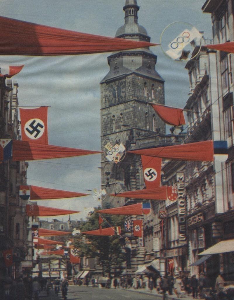 Ganz in rot: Die Obernstraße wurde mit roten Stoffbahnen überzogen, andere Straßen schmückten sich in anderen Olympiafarben. Quelle: Staatsarchiv Bremen