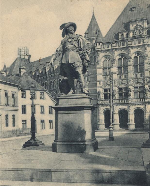 Hinter dem Gustav Adolf-Denkmal gut zu erkennen: das einstige Predigerhaus der Domgemeinde. Quelle: Privat