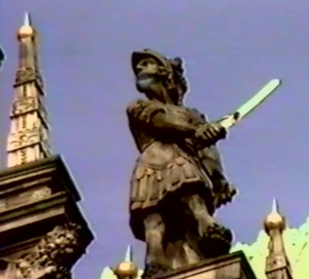Übler Nachruf: im Rothwell-Film konfrontiert eine Rathaus-Figur die Roland-Statue mit wilden Gerüchten um ihre wahre Identität. Quelle: John Rothwell, Roland oder Moritz