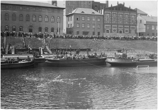 Ein wahrer Zuschauermagnet: Reigenschwimmrn vor der Haake Beck-Brauerei. Quelle: Schwimmverein Bremen von 1910 e.V.