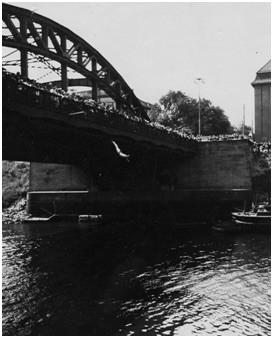 Aus 23 Metern abwärts: Sprung von der Kaiserbrücke im Sommer 1931. Quelle: Schwimmverein Bremen von 1910 e.V.