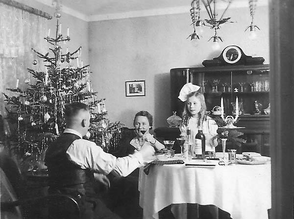 Zum Vergleich das Weihnachtsfest 1939 bei Familie Sorger - der Vater noch in Zivil. Bildvorlage: Gerald Sorger