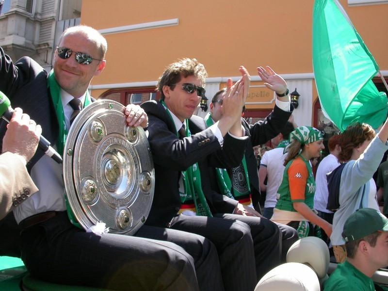 Strahlender Sonnenschein, strahlende Gesichter: 2004 brachte der SV Werder die Meisterschale mit nach Hause. Foto: Simon Makhali