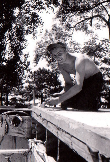 In seiner neuen Heimat war sich der 19-Jährige für keine Arbeit zu schade: Auch als Dachdecker machte er Nägel mit Köpfen. Bildvorlage: Günter Garbrecht