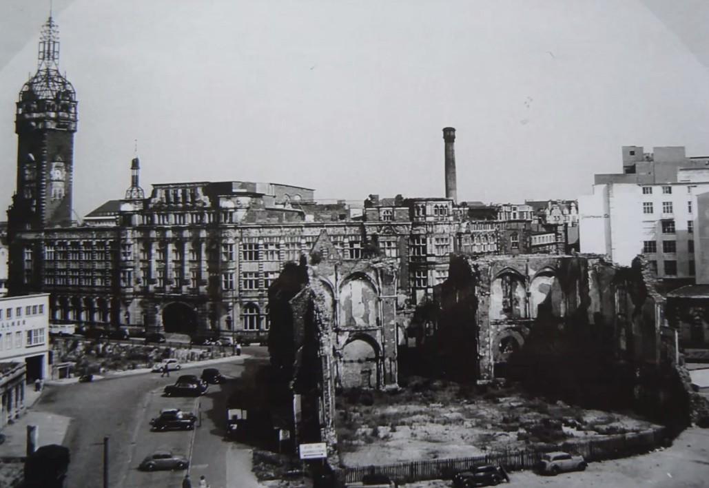Trauriger Anblick: die Ansgarii-Ruine und das schwer beschädigte Lloydgebäude in den frühen 1950er Jahren. Bildvorlage: Nils Huschke