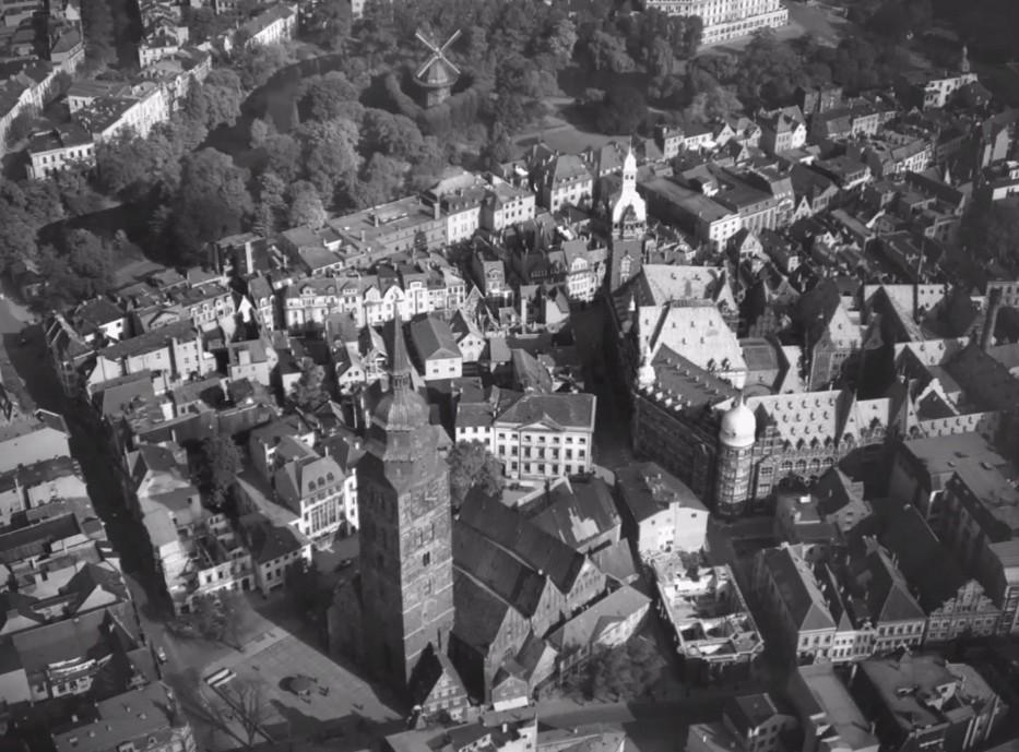 Kurz vor der Zerstörung: Luftbild der noch unversehrten Ansgarii-Kirche im Zweiten Weltkrieg. Bildvorlage: Nils Huschke