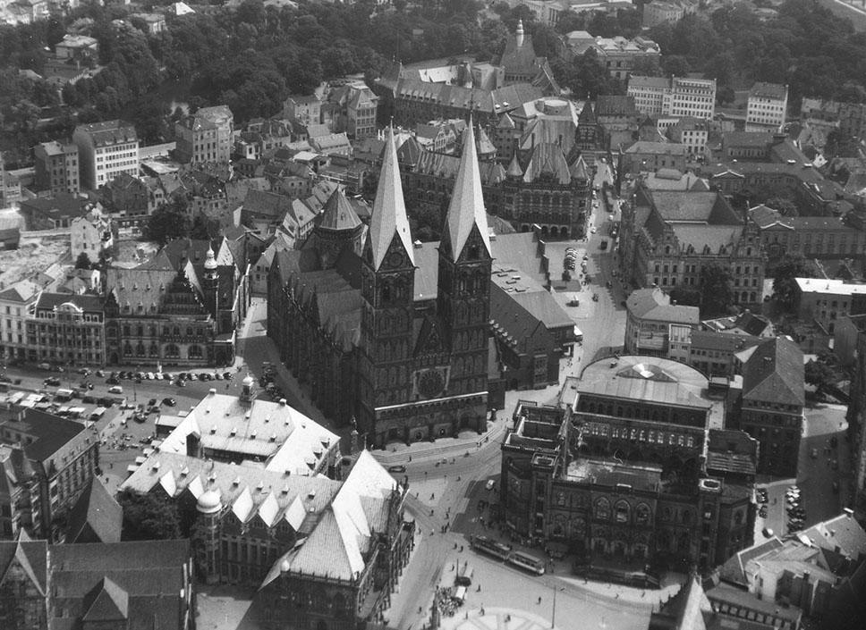 Stand zur Disposition: die Ostseite des Marktplatzes mit der Ruine der Neuen Börse auf einem Luftbild von 1953. Quelle: Bremer Zentrum für Baukultur