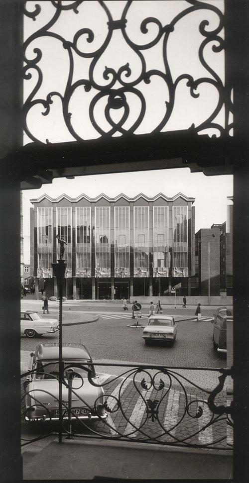Gerahmt von Rokoko: das Haus der Bürgerschaft Ende der 60er Jahre von der gegenüber liegenden Sparkasse aus gesehen. Quelle: Bremer Zentrum für Baukultur