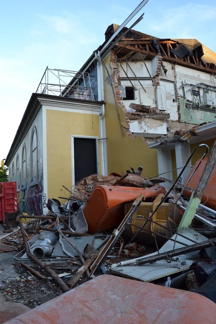 Unerbittlich wühlt sich der Abrissbagger vorwärts: das frühere Concordia-Theater am 7. September 2016, zwei Tage nach Abrissbeginn. Foto: Frank Hethey