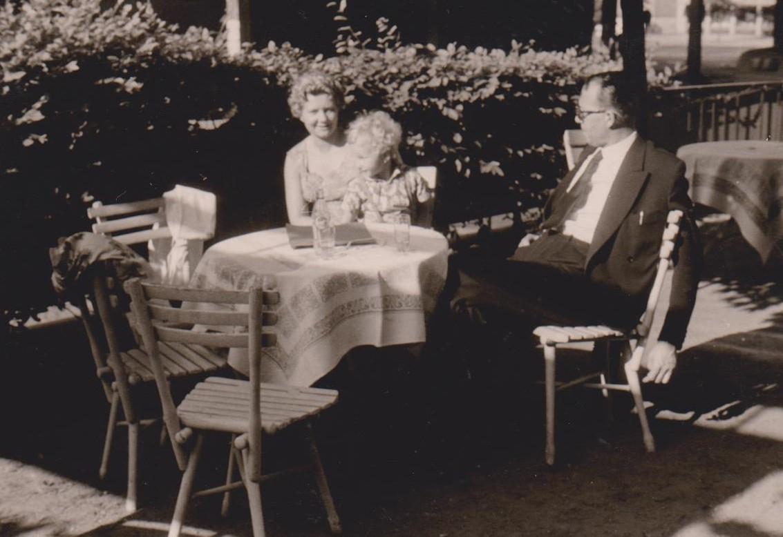 Abhängen im Concordia: das Gastronomenehepaar Fischer in den späten 1950er Jahren mit Enkel. Bildvorlage: Michael Böhme