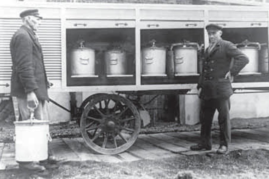 """Eine echte Drecksarbeit: Die """"Schiet-Kerle"""" holten die gefüllten Tonnen von den Häusern ab und trugen sie zum Tonnenwagen. Die Kunden erhielten eine leere Tonne zurück. Quelle: HanseWasser"""