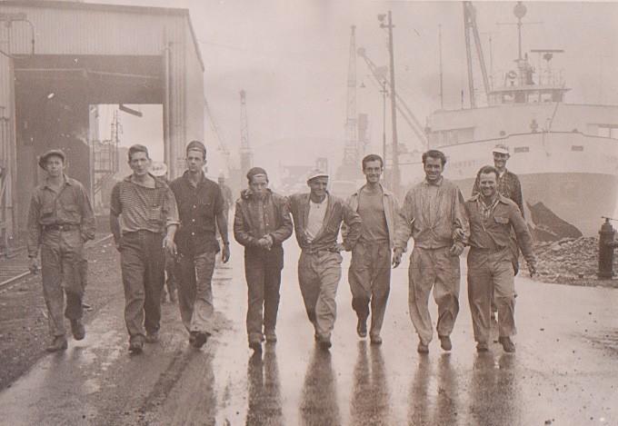 In Kanada verdingte sich Günter Garbrecht (hinten rechts) in 19 verschiedenen Jobs. Auch als Hafenarbeiter verdiente er seine Brötchen. Nach Deutschland wollte er eigentlich nicht zurückkehren. Bildvorlage: Günter Garbrecht
