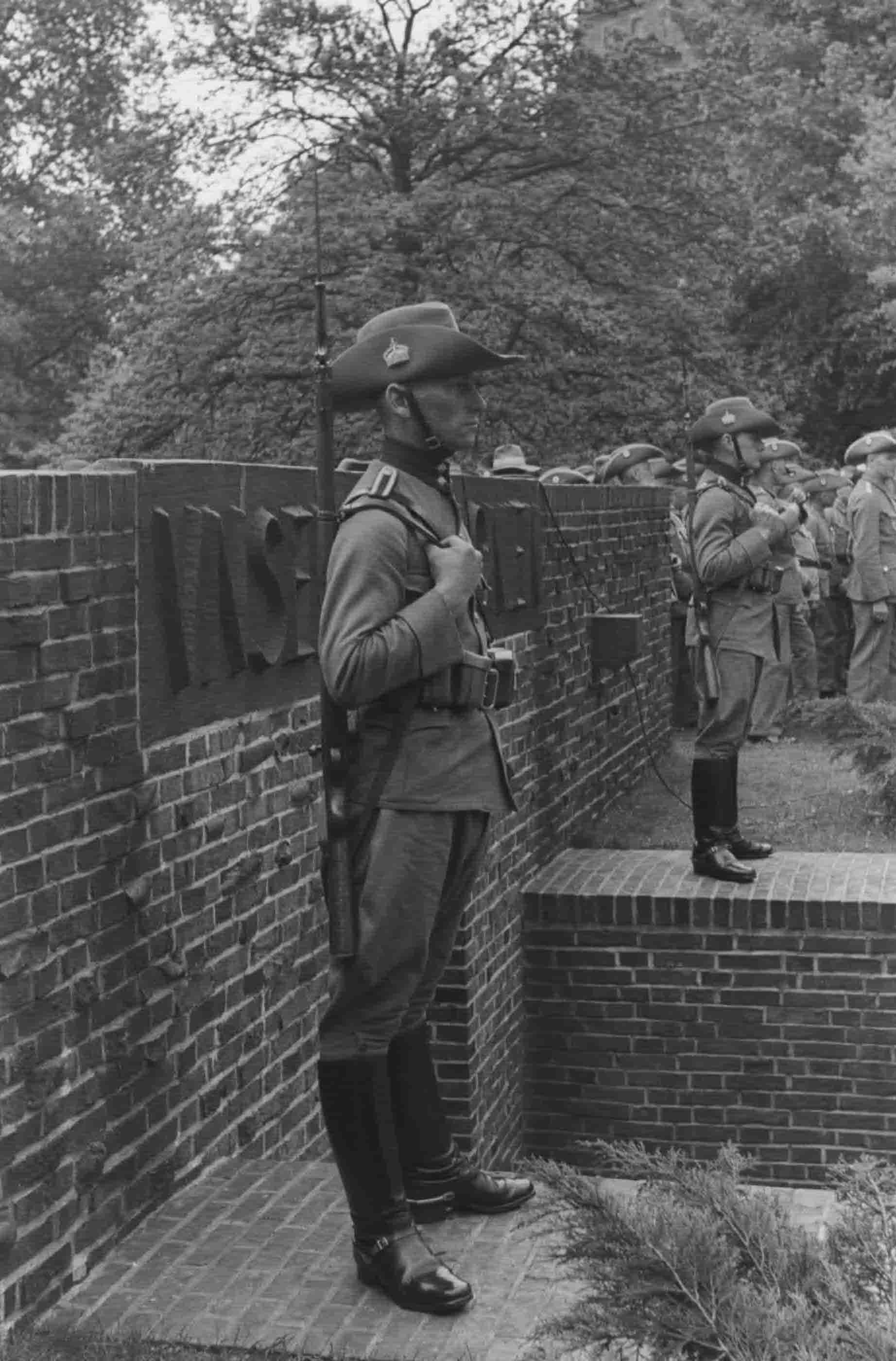 Martialisch: Wachen in der Uniform der Schutztruppe 1938 am Kolonial-Ehrenmal. Quelle: Bildbestand der Deutschen Kolonialgesellschaft in der Universitätsbibliothek Frankfurt am Main