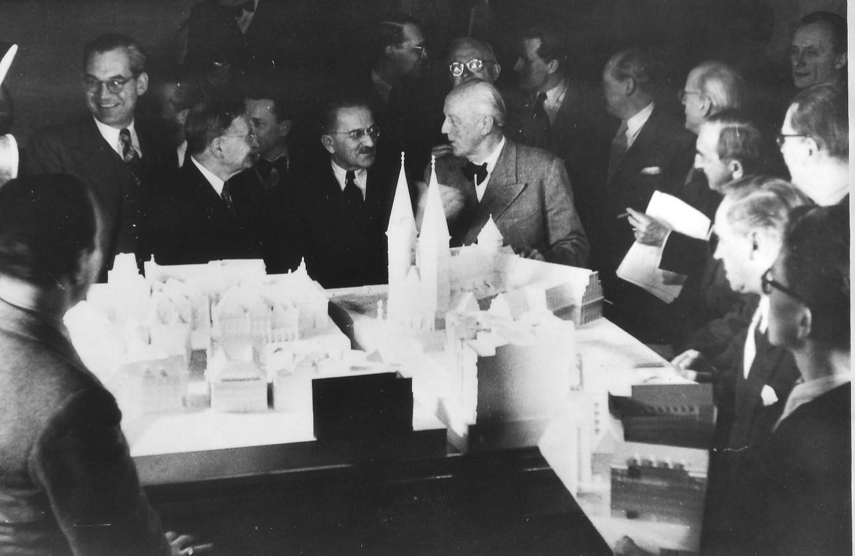 20. Februar 1952: Die Jury tagt. In der Mitte Bausenator Emil Theil und Jury-Vorsitzender Prof. Paul Bonatz (links und rechts von den Domtürmen). Quelle: Bremer Zentrum für Baukultur