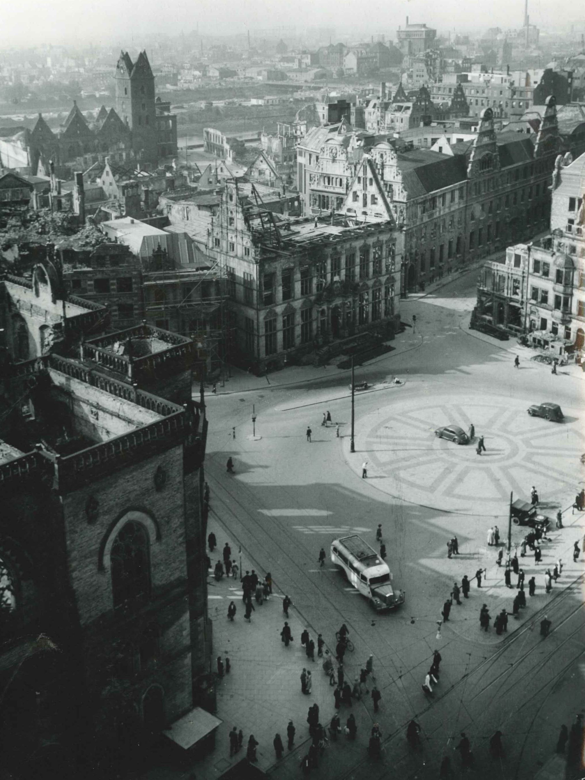 Wie schwer der Schütting und das Börsengebäude (links vorne) durch den Bombenkrieg gelitten hatten, illustriert diese kurz nach Kriegsende entstandene Aufnahme. Quelle: Handelskammer Bremen