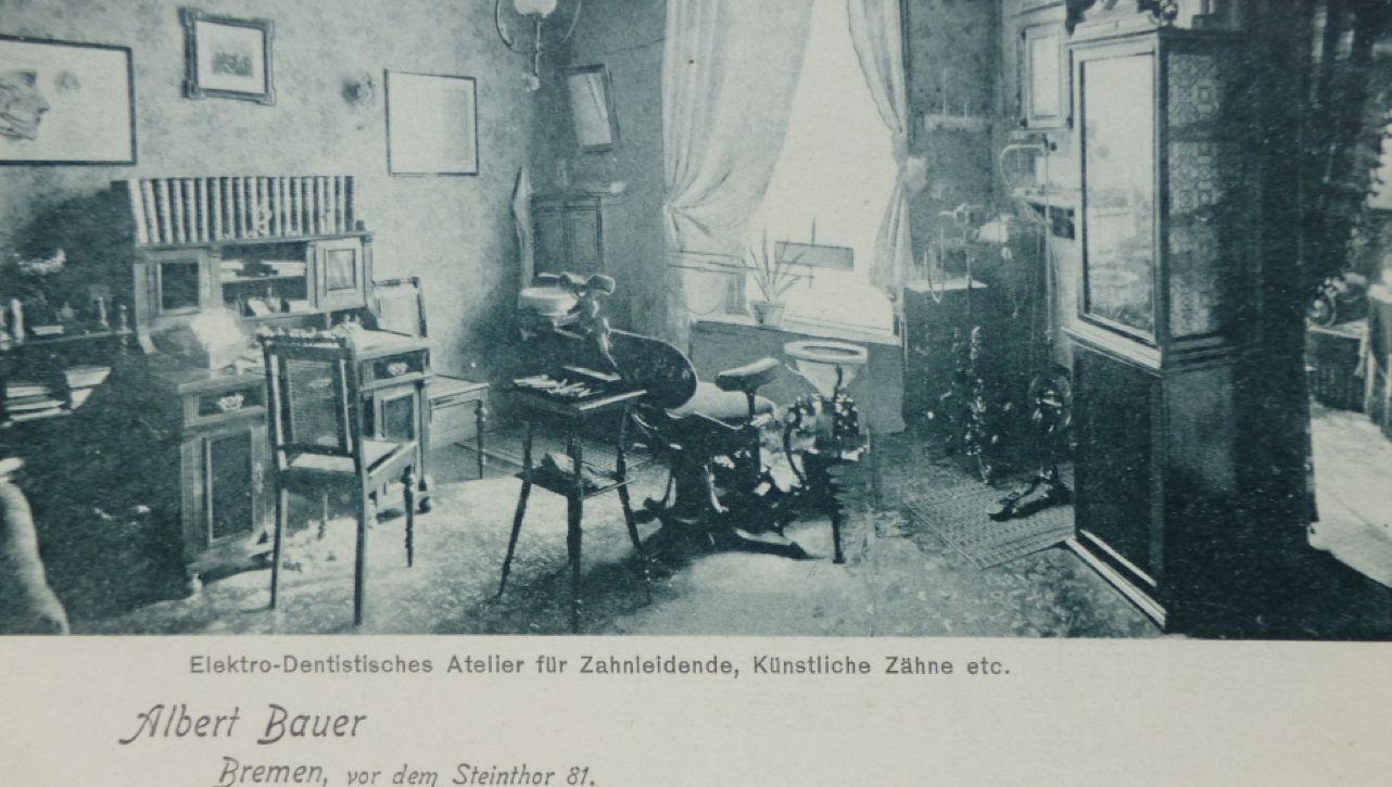 Beim Dentisten sah es aus wie im Wohnzimmer: Nur der Behandlungsstuhl, das Speibecken und der pedalbetriebene Bohrer (rechts) weisen auf das Gewerbe des Hausherrn hin. Bildvorlage: Peter Strotmann
