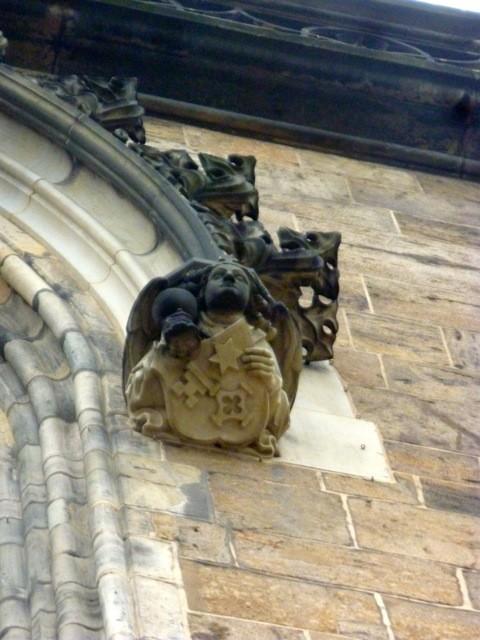Ein Bremer Wappeninhaber? Engel mit Bremer Schlüssel oberhalb des Brautportals. Foto: Wilhelm Tacke