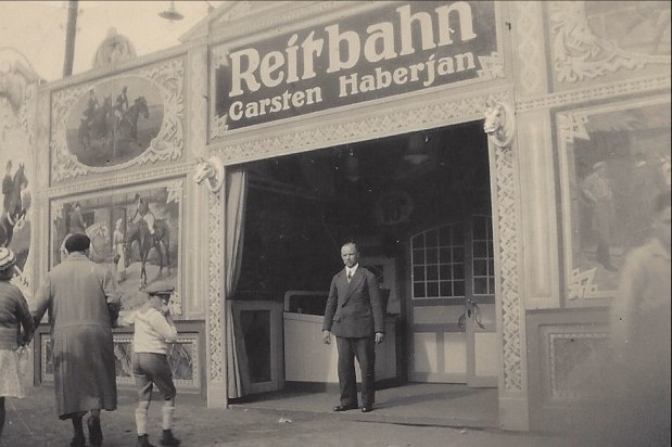 Ein Mann, eine Reitbahn: Gründervater Carsten Haberjan sr. um 1926 im Eingang seines Hippodroms. Quelle: Familie Porsch
